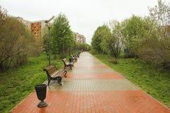 Ένα πάρκο με τους πάγκους στο νεφελώδη καιρό Στοκ εικόνες με δικαίωμα ελεύθερης χρήσης