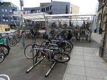 Ένα πάρκο που σχεδιάζεται για τα ποδήλατα σε έναν σταθμό κατόχων διαρκούς εισιτήριου για τα τραίνα στο Λονδίνο σε Chelmsford, Ε στοκ εικόνα με δικαίωμα ελεύθερης χρήσης