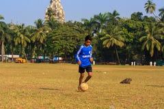 Ένα παίζοντας ποδόσφαιρο παιδιών Στοκ εικόνα με δικαίωμα ελεύθερης χρήσης