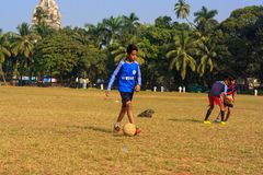 Ένα παίζοντας ποδόσφαιρο παιδιών Στοκ Εικόνες