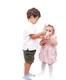 Ένα παιδάκι ταΐζει την αδελφή του Στοκ εικόνα με δικαίωμα ελεύθερης χρήσης