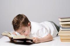 Ένα παιδί διαβάζει να βρεθεί βιβλίων στοκ φωτογραφία με δικαίωμα ελεύθερης χρήσης