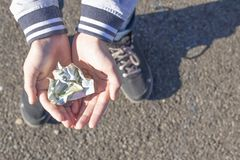 Ένα παιδί κρατά τα νομίσματα και τα ευρο- χαρτονομίσματα στα χέρια του Εικόνα χαρτζηλικιού στοκ φωτογραφία με δικαίωμα ελεύθερης χρήσης