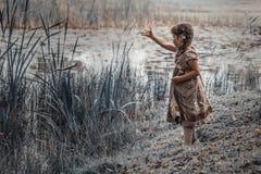 Ένα παιδί στη λίμνη Στοκ εικόνες με δικαίωμα ελεύθερης χρήσης