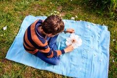 Ένα παιχνίδι αγοριών υπαίθριο με το peony λουλούδι Φύση, οικολογία, παιδική ηλικία, σχέδιο περιβάλλοντος στοκ εικόνες με δικαίωμα ελεύθερης χρήσης