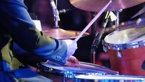 Ένα παιχνίδι ατόμων παίζει τύμπανο στη συναυλία τζαζ απόθεμα βίντεο