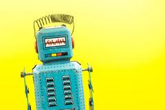 ένα παιχνίδι ρομπότ κασσίτερου που απομονώνεται αναδρομικό Στοκ φωτογραφία με δικαίωμα ελεύθερης χρήσης