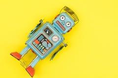 ένα παιχνίδι ρομπότ κασσίτερου που απομονώνεται αναδρομικό Στοκ φωτογραφίες με δικαίωμα ελεύθερης χρήσης