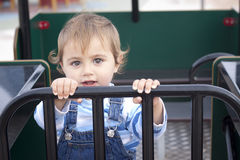 Παιχνίδι μικρών παιδιών στην παιδική χαρά Στοκ Εικόνα