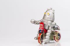 Ένα παιχνίδι ρομπότ οδηγά το ποδήλατο Στοκ φωτογραφία με δικαίωμα ελεύθερης χρήσης