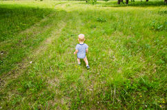 Ένα παιδί ερευνά τη φύση Στοκ Φωτογραφία