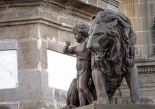 Ένα παιδί και ένα λιοντάρι Στοκ εικόνες με δικαίωμα ελεύθερης χρήσης