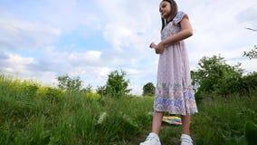 Ένα παιδί τρέχει μέσω ενός λιβαδιού με έναν ικτίνο απόθεμα βίντεο