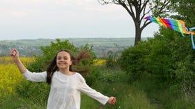 Ένα παιδί τρέχει μέσω ενός λιβαδιού με έναν ικτίνο φιλμ μικρού μήκους