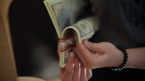 Ένα πακέτο των λογαριασμών δολαρίων στα χέρια απόθεμα βίντεο