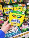 Ένα πακέτο Crayola εκμετάλλευσης χεριών στοκ εικόνες με δικαίωμα ελεύθερης χρήσης