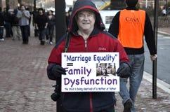 Ένα παλαιότερο αρσενικό που διαμαρτύρεται ενάντια στο γάμο ομοφυλοφίλων στοκ φωτογραφίες με δικαίωμα ελεύθερης χρήσης