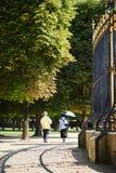 Ένα παλαιότερο ζεύγος strolling μέσω του πάρκου στοκ φωτογραφία