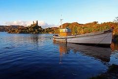 Ένα παλαιό αλιευτικό σκάφος στη θάλασσα μπροστά από μια καταστροφή στη Σκωτία Στοκ εικόνες με δικαίωμα ελεύθερης χρήσης