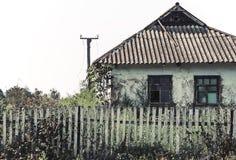 Ένα παλαιό εγκαταλειμμένο σπίτι σε ένα αγροτικό ναυπηγείο Στοκ Εικόνα
