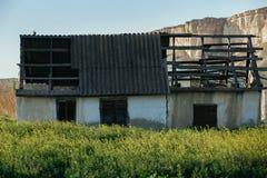 Ένα παλαιό εγκαταλειμμένο σπίτι σε μια μικρή πόλη το καλοκαίρι στοκ φωτογραφία με δικαίωμα ελεύθερης χρήσης