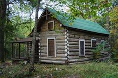 Ένα παλαιό, ιστορικό σπίτι κούτσουρων στοκ εικόνα