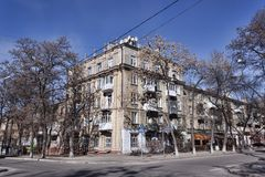 Ένα παλαιό κατοικημένο κτήριο στην οδό Marat σε Kramatorsk στοκ εικόνα