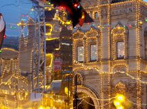 Ένα παλαιό κτήριο και μια αντανάκλαση του φωτισμού Χριστουγέννων στοκ φωτογραφία