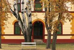 Ένα παλαιό κτήριο σε ένα πάρκο φθινοπώρου Στοκ Φωτογραφίες