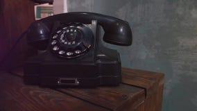 Ένα παλαιό μαύρο τηλέφωνο πινάκων απόθεμα βίντεο