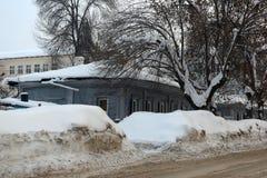 Ένα παλαιό ξύλινο σπίτι στην οδό πόλεων το χειμώνα Στοκ φωτογραφία με δικαίωμα ελεύθερης χρήσης