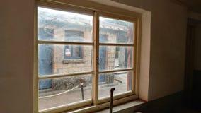 Ένα παλαιό παράθυρο ενός παλαιού σπιτιού με το παλαιό χρώμα Στοκ φωτογραφίες με δικαίωμα ελεύθερης χρήσης