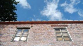 Ένα παλαιό παράθυρο ενός παλαιού σπιτιού με το παλαιό χρώμα Στοκ Φωτογραφίες