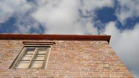 Ένα παλαιό παράθυρο ενός παλαιού σπιτιού με το παλαιό χρώμα Στοκ φωτογραφία με δικαίωμα ελεύθερης χρήσης