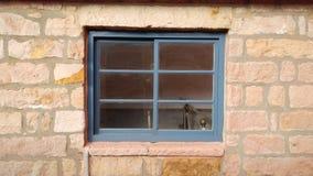 Ένα παλαιό παράθυρο ενός παλαιού σπιτιού με το παλαιό χρώμα Στοκ Εικόνα