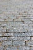 Ένα παλαιό πεζοδρόμιο stoneblock με τους ορθογώνιους φραγμούς γρανίτη στην προοπτική Στοκ εικόνα με δικαίωμα ελεύθερης χρήσης