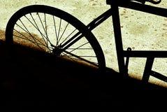Ένα παλαιό ποδήλατο που σταθμεύουν και που ξεχνιέται στοκ φωτογραφίες με δικαίωμα ελεύθερης χρήσης