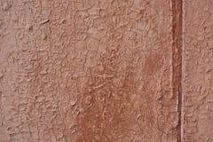 Ένα παλαιό ραγισμένο καφετί χρώμα σε μια ξύλινη πόρτα Στοκ εικόνες με δικαίωμα ελεύθερης χρήσης