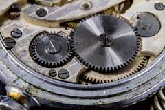 Ένα παλαιό ρολόι σε έναν σκοτεινό πίνακα Μηχανισμός χρονομέτρων που βλέπει διευρυμένος Στοκ φωτογραφία με δικαίωμα ελεύθερης χρήσης