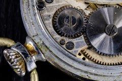 Ένα παλαιό ρολόι σε έναν σκοτεινό πίνακα Μηχανισμός χρονομέτρων που βλέπει διευρυμένος Στοκ φωτογραφίες με δικαίωμα ελεύθερης χρήσης