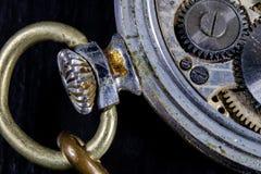 Ένα παλαιό ρολόι σε έναν σκοτεινό πίνακα Μηχανισμός χρονομέτρων που βλέπει διευρυμένος Στοκ Εικόνες
