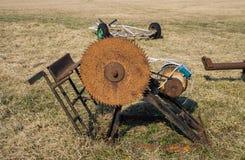 Ένα παλαιό, σκουριασμένο πριόνι για να πριονίσει τα κούτσουρα που χρησ στοκ εικόνες