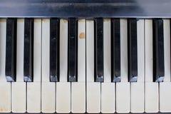 Ένα παλαιό σπασμένο και χαλασμένο πιάνο Στοκ εικόνες με δικαίωμα ελεύθερης χρήσης