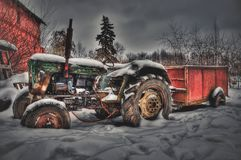Ένα παλαιό τρακτέρ σε ένα εγκαταλειμμένο αγρόκτημα Στοκ Φωτογραφίες