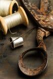 Ένα παλαιό ψαλίδι με τα ράβοντας νήματα στοκ εικόνα