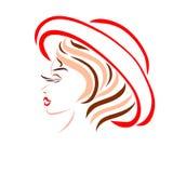 Ένα πανέμορφο κορίτσι με ένα δημιουργικό hairdo, σε ένα κόκκινο θερινό καπέλο απεικόνιση αποθεμάτων