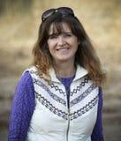 Ένα πανέμορφο χαμόγελο Brunette με μακρυμάλλη Στοκ φωτογραφία με δικαίωμα ελεύθερης χρήσης