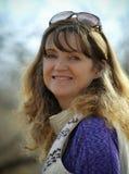 Ένα πανέμορφο χαμόγελο Brunette με μακρυμάλλη Στοκ εικόνες με δικαίωμα ελεύθερης χρήσης