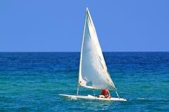 Ένα πανί στην μπλε θάλασσα Στοκ Φωτογραφίες
