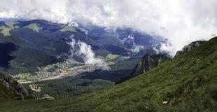 Ένα πανόραμα από τα βουνά Bucegi, Ρουμανία με μια άποψη των πόλεων τουριστών στην κοιλάδα, όπως Sinaia και Bucegi Στοκ φωτογραφία με δικαίωμα ελεύθερης χρήσης